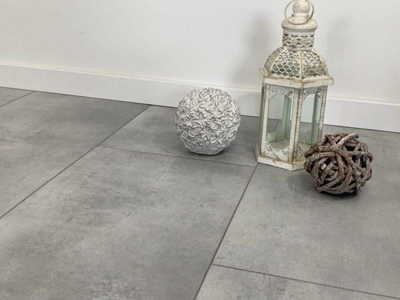 Vinylboden VinyRock Fliese Duck Egg Blue Zement mit V-Fuge