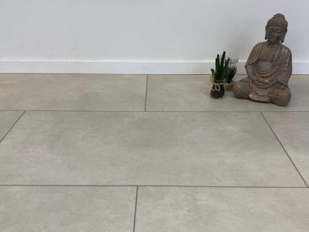 VinyRock Fliese Silent Stone Tambora Granit weiß mit V-Fuge und Trittschalldämmung Vinylboden